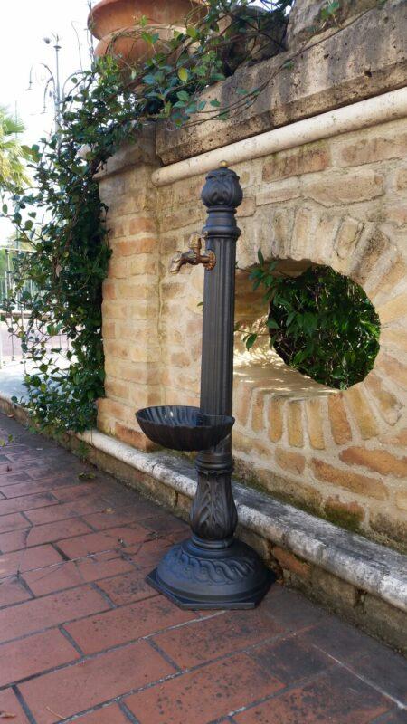 Fontana a colonna in ghisa modello Venere