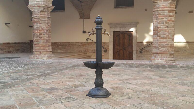 Fontana a colonna in ghisa modello Afrodite