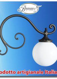 """Braccio a muro modello """"Ponza con globo"""" in ferro battuto applique mensola lampione da giardino grigio ghisa"""